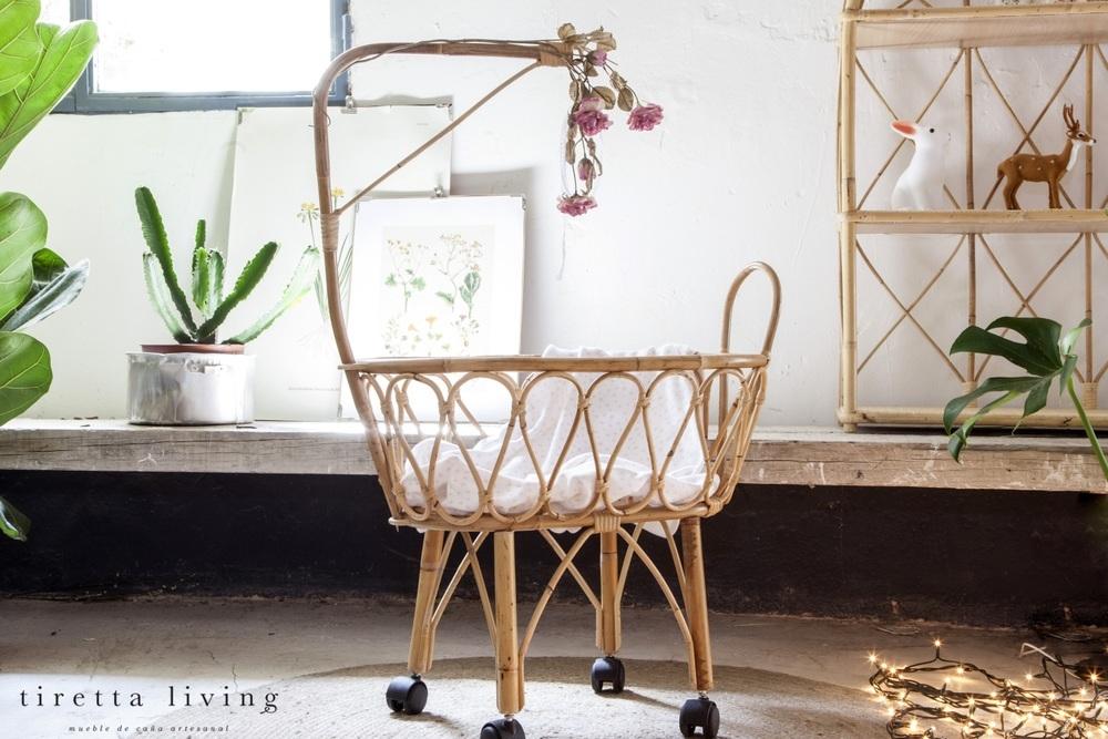 LOGO_tiretta_living_-_mueble_de_caña_artesanal_-_moises_cuna_muñecas_retro_vintage_juguete_niña_regalo
